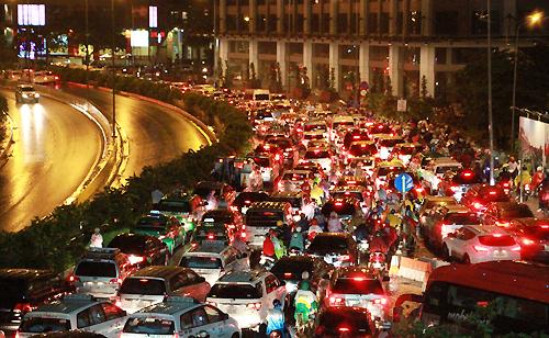 Nghìn xe nối đuôi nhau trên đường Nguyễn Hữu Cảnh, từ chân cầu Thủ Thiêm về cầu Sài Gòn.
